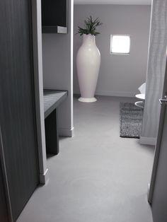 #Hotelkamer in mooie strakke grijstinten. Ook de #gietvloer is in één van de grijstinten.