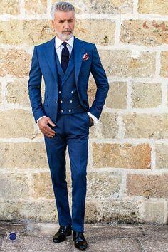 """Costume homme italienne bleu avec revers crantés, 2 boutons de nacre, ticket pocket et 2 fentes latérales en tissu """"Prince of Wales"""" de laine mélangé. Costume de mariage 1801 Collection Gentleman Ottavio Nuccio Gala."""