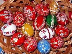 húsvéti tojás - Google keresés Egg Art, Art Decor, Home Decor, Easter Eggs, Folk Art, Christmas Bulbs, Artisan, Presents, Carving