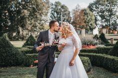 Parádní venkovní svatba Lukáše a Verunky na zámku v Kuníně. Nejvíc jsem si užil portréty novomanželů. Vyšly podle mě skvěle. Vintage styl fotografie.