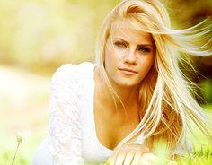 Der Frühling macht Lust auf tolles Blond. Der Haken: Blondes Haar neigt häufig zu einem unschönen Gelbstich. So beugt man vor.