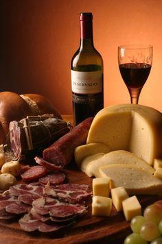 Tudo sobre queijos.  Aprenda como são classificados os queijos, como servir queijos, etapas da fabricação de queijos,história dos queijos, maturação de queijos, queijo e nutrição, principais defeitos queijos, tipos de queijos, valor calórico dos queijos.