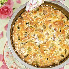 Sväng ihop en enkel rabarberkaka innan gästern kommer. Den är god att servera tillsammans med en kula glass.