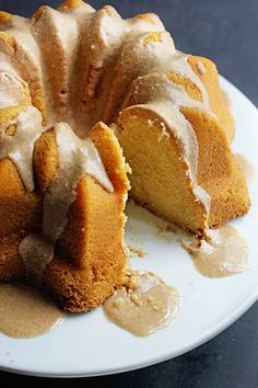 Brown Sugar Pound Cake: A luscious and tender pound cake made deliciously sweet with brown sugar and topped with an incredible brown butter glaze. Apple Cake Recipes, Pound Cake Recipes, Frosting Recipes, Dessert Recipes, Brown Sugar Pound Cake, Brown Sugar Cakes, Bunt Cakes, Cupcake Cakes, Cupcakes