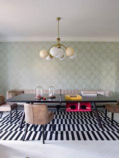 Inspiración de decoración directo de España: esa casa en Barcelona de estilo ecléctico tiene tapete de rayas, pared de color verde menta y luminaria de globos.