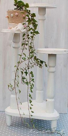 Eine schöne, alte Blumensäule im  Shabby Chic.  Ein Möbel, das überall hin passt und flexibel für jede Gelegenheit einzusetzen ist.  Dekorativ für die