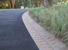 Driveway Edging, Cobblestone Driveway, Asphalt Driveway, Driveway Landscaping, Driveway Ideas, Front Yard Decor, Front Yard Design, Japanese Garden Design, Garden Landscape Design