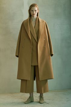 The Row Pre-Fall 2016 Collection Photos - (Vogue) large over-sized garments to make shapes Fall Fashion 2016, Fall Fashion Trends, Fashion Week, Winter Fashion, Fashion Show, Live Fashion, Fat Fashion, Female Fashion, Womens Fashion