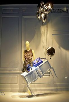 Very creative window display with a mannequin and balloons Fashion Window Display, Window Display Retail, Window Display Design, Fashion Displays, Store Front Windows, Retail Windows, Visual Merchandising, Vitrine Design, Retail Store Design