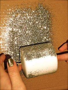me ~ Glitter Candles. Pit mod podge on it.Roll in glitter.Spray with hairspray so the glitter doesn't get everywhere.Let dry. Homemade Candles, Diy Candles, Candle Decorations, Pillar Candles, Glitter Party Decorations, Beeswax Candles, Candle Wax, Glitter Candles, Gold Glitter