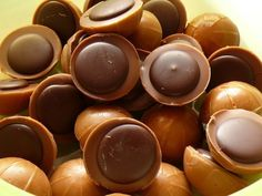 Csak egy bonbon szilikonformára van szükség és már kezdődhet is a Toffifee… Candy Recipes, Sweet Recipes, Cookie Recipes, Dessert Recipes, Toffee, How To Roast Hazelnuts, Good Food, Yummy Food, Confectionery