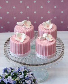 mini wedding cakes Red Velvet Mini Cakes with pretty fondant Pretty Cakes, Beautiful Cakes, Amazing Cakes, Fancy Cakes, Mini Cakes, Cupcake Cakes, Mini Tortillas, Mini Wedding Cakes, Wedding Cupcakes