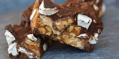 Rocky Road med Snickers Yummy Snacks, Yummy Treats, Sweet Treats, Yummy Food, Chocolate Desserts, Fun Desserts, Delicious Desserts, Chocolate Chips, Salted Caramel Bars