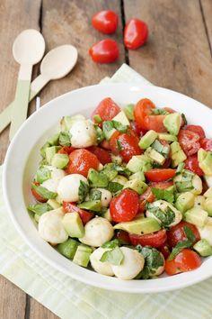Caprese-Salat mit Avocado und Tomaten