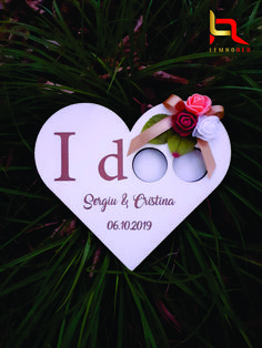 """Cutie pentru verighete """"I DOO'' in forma de inima, avand pictura manuala si gravura laser personalizata. pentru numele mirilor si data nuntii va rugam sa completati campurile ,,Introduceti numele mirilor'' si ,,Introduceti data nuntii"""""""