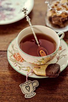 Um mimo para os convidados, como esse biscoitinho, é sempre bem-vindo | mini cookie and a cup of tea | Cacá Bratke/Editora Globo
