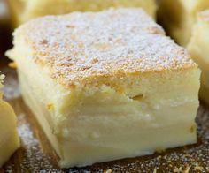 bolo mágico: 1/2 xícara (chá) de manteiga sem sal derretida 2 xícaras (chá) de leite morno 4 ovos (claras e gemas separadas) 1 1/4 xícara (chá) de açúcar de confeiteiro 1 colher de sopa de água 1 xícara (chá) de farinha 1 colher (chá) extrato de baunilha Açúcar de confeiteiro para polvilhar
