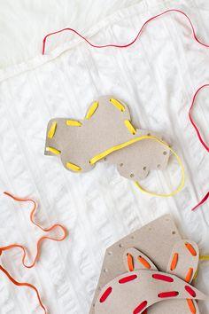 How to make cardboard sewing cards / Apprendre à coudre Crafts For Kids To Make, Craft Activities For Kids, Christmas Crafts For Kids, Sewing Projects, Craft Projects, Sewing Tips, Homemade Paint, Sewing Cards, Diy Inspiration