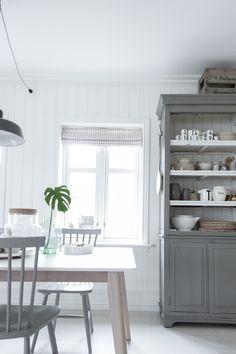 Big Kitchen, Kitchen Dining, Kitchen Dresser, Kitchen Benches, Simple Interior, Dining Nook, White Rooms, Farmhouse Table, Boy Room