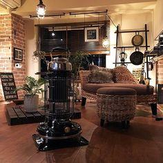 男性で、3DK、一人暮らしのアイアン/NOGreenNOLife/壁紙レンガ/メンズ部屋/リビング…などについてのインテリア実例を紹介。「ストーブ出しました 。 やかんは柳宗理を使っています ♪」(この写真は 2015-11-13 20:52:31 に共有されました) Best Interior, Room Interior, Home Interior Design, Interior Styling, Interior Architecture, Interior Decorating, Living Room Storage, Home Living Room, Rustic Apartment