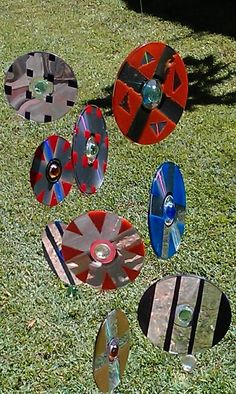 Recycled cds put tape on them paint them peel off tape glue two back to back .a few beads fishing line. How easy is that suncatcher. Cd Crafts, Toilet Paper Roll Crafts, Upcycled Crafts, Arts And Crafts, 1st Grade Crafts, Maker Fun Factory Vbs, Recycled Cds, Old Cds, Cd Art