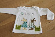 Hübsches und aufwändig gestaltetes Langarmshirt aus reiner Baumwolle in weiß aus unserer Hasenmädchen-Kollektion.  Zwei süße Hasen aus Bio- Westfal...
