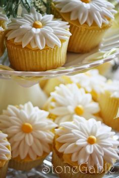 The bride loves daisies and her favorite color is yellow! So for her bridal shower I made  light and lemony cupcakes with a lemon cream cheese icing. And topped them off with big and happy fondant daisies. These daisies were quite easy to make and the cupcakes looked so pretty on the dessert table… here's a step-by …