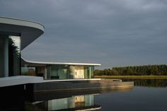 The White snake house is a particular souvenir for the architect Pierre Minassian and his architecture studio AUM based in Lyon, France – a peculiar challeng. Architecture Photo, Amazing Architecture, Contemporary Architecture, Modern Exterior, Exterior Design, Concrete Siding, White Concrete, Waterfront Homes, House Built