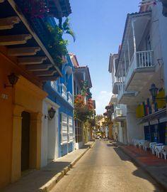 Bello realismo mágico el de Cartagena, en cada calle respira Gabo y vive la ilusión de encontrarlo @Colombia Nostalgia, Magic Realism, Cartagena, Colombia, Illusions, Street, Live, Beauty