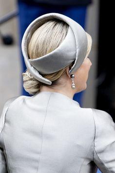 Máxima, April 2014 Fabienne Delvigne hoed, slecht verwerkt maar wat n mooi ontwerp!