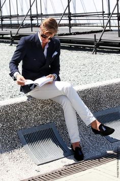 This combination of a navy double breasted blazer and white chinos is undoubtedly a statement-maker. If you want to feel a bit more refined now, add black suede tassel loafers to your look. Light Blue Dress Shirt, Light Blue Dresses, Gentleman Mode, Gentleman Style, Gq, Blazer Bleu, White Chinos, White Pants, Look Formal