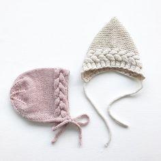 bonnets og begge oppskriftene finnes n hos @ Knitted Baby Clothes, Baby Hats Knitting, Knitting For Kids, Knitted Hats, Crochet Baby Hat Patterns, Crochet Baby Hats, Knit Crochet, Pinterest Baby, Bonnet Pattern