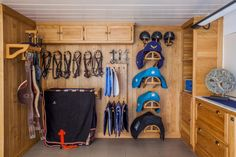 Tack room in oak with a clear varnish Tack room in oak with a clear varnish - Art Of Equitation Horse Shed, Horse Barn Plans, Horse Stalls, Tack Shed Ideas, Tack Room Organization, Small Horse Barns, Horse Tack Rooms, Horse Barn Designs, Barn Renovation
