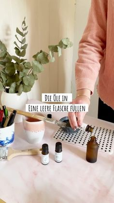 Mit einem selbst gemachten Raumspray kannst du deine Wohnung jederzeit in den Duft deiner Wahl hüllen. Wir zeigen dir, wie du ein Raumspray mit ätherischen Ölen herstellst. Dabei verraten wir verschiedene Duftkompositionen und deren Wirkung.Je nachdem welche Wirkung du in einem Raum erzielen willst, wählst du den entsprechenden Duft. Du kannst natürlich auch auch verschiedene Öle miteinander mischen. #edel-naturwaren.de Bath Caddy, Tricks, Sustainable Gifts, Beauty Tutorials, Mindfulness, Organic Beauty, Sustainability, Fresh