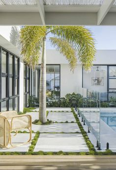 A budget-savvy couple channel Palm Springs vibes and build a home by the sea in northern NSW. Backyard Pool Landscaping, Backyard Patio Designs, Pool Fence, Modern Backyard, Style Palm Springs, Palm Springs Häuser, Australian Garden, Australian Homes, Spring Aesthetic