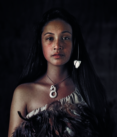 Legend has it that twelve large canoes each carried a different tribe. Even today, most Maori people can say which original tribe they are descended from Jimmy Nelson, Maori People, Indigenous Tribes, Steve Mccurry, World Pictures, Dancing In The Rain, Photography Women, Classic Photography, Beauty