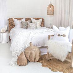 60 Simple Bedroom Decor and Design Ideas That Beautiful - babyideaz Simple Bedroom Decor, Home Decor Bedroom, Modern Bedroom, Bedroom Ideas, Master Bedroom, Bedroom Neutral, Bedroom Designs, Girls Bedroom, Balkon Design
