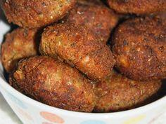 Bolinho de Lentilhas- 200g lentilhas cozidas e escorridas; 1 cebola peq picada; 2 dentes alho amassados com sal; Manjericão e Salsinha a gosto; 1 colher (sopa) mostarda; 1 pitada pimenta-calabresa; 2 colheres (sobremesa) maisena; ~ 1/2 xíc farinha rosca ou pão integral ralado; Óleo para fritar. Preparo: Bata no liquidificador ou processador a lentilha, o alho com sal e a salsinha até virar uma pasta (não ponha água). Se ficar pedacinhos, ok. Transfira para tigela e acrescente