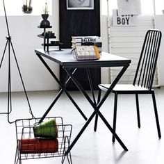 Bureau en métal noir avec étagères House Doctor 340€