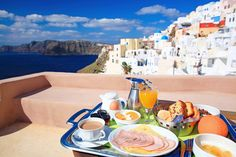 Many hotels in Santorini provides us with breakfast on the private terrace of each room. Breakfast while enjoying the scenery is very luxurious feeling. Santorini Hotels, Santorini Island, Santorini Greece, Mykonos, Online Travel Agent, Honeymoon Destinations, Outdoor Photography, Beautiful Islands, Greek Islands