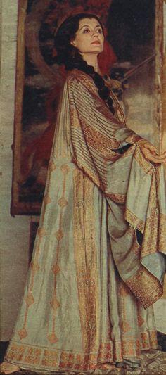 Venezia. Carla Fracci indossa una sopravveste di Eleonora Duse, con grandi maniche tagliate e fermate da piccoli bottoncini di conterie dipinte; è foderata di foulard di seta celeste pallido.  L'abito è di proprietà della Fondazione Cini.