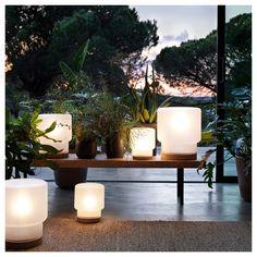 أضف جمالية للحظات غروب الشمس مع مصابيح الطاولة من مجموعتنا الجديدة محدودة الإصدار. متوفر بأحجام مختلفة.
