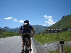 自転車旅行にチャレンジして日の出と共に遠くの街や山の中を走る。雑誌やテレビでみたあの場所を颯爽と走りぬける。いつもとは違う経験はすてきな満足感が味わえます。そんな非日常の冒険を楽しむ自転車旅行初心者の方におすすめの持ち物をご紹介します。