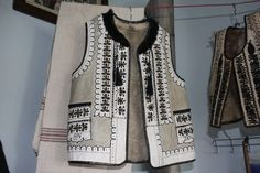 Romanian traditional costume - imagine this shorter, over a long dress. Folk Costume, Costumes, Hippy Fashion, Folk Clothing, Dress Drawing, Sweater Knitting Patterns, Caftans, Romania, Vests