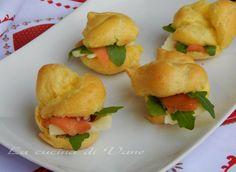 bignè salati con salmone rucola e brie ricetta finger food da portare a tavola per le feste,carinissimo e goloso.Ricetta per bignè da farcire in modo salato
