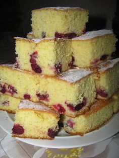 Visine acrisoare, pitite in pandispan pufos si usor aromat... Dessert Cake Recipes, No Cook Desserts, Sweets Recipes, Dessert Bars, Baking Recipes, Romanian Desserts, Romanian Food, Weird Food, Savory Snacks