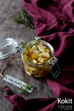 Hunaja-yrttimarinoidut valkosipulin kynnet - Honey Thyme marinated garlic   Kokit ja Potit -ruokablogi #valkosipuli #garlic #christmas #ruokalahja #gift