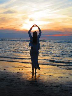 """""""La vita è fatta di piccole felicità insignificanti, simili a minuscoli fiori. Non è fatta solo di grandi cose, come lo studio, l'amore, i matrimoni, i funerali. Ogni giorno succedono piccole cose, tante da non riuscire a tenerle a mente né a contarle, e tra di esse si nascondono granelli di una felicità appena percepibile, che l'anima respira e grazie alla quale vive"""". (Banana Yoshimoto) #psicologo #psicoterapeuta #coaching"""