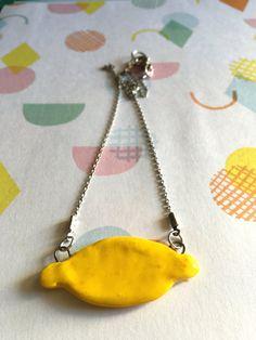 Collana con filo argentato e ciondolo in ceramica bianca colorata di giallo a forma di limone