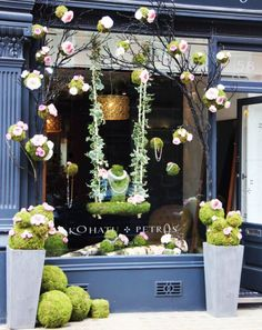 (A través de CASA REINAL) >>>> Spring window display. Beautiful soft colours - love the idea of bringing the window outside! Visual Display, Display Design, Store Design, Display Ideas, Spring Window Display, Window Display Retail, Store Front Windows, Retail Windows, Vitrine Design